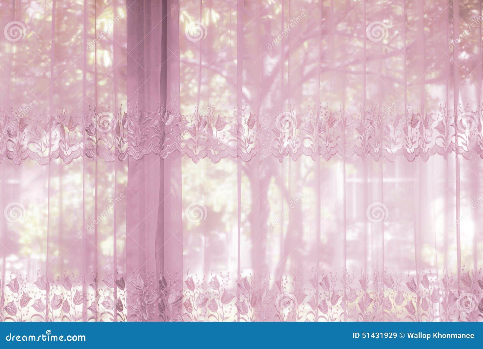 Les fenêtres d'une chambre à coucher ont habillé avec le rideau ...