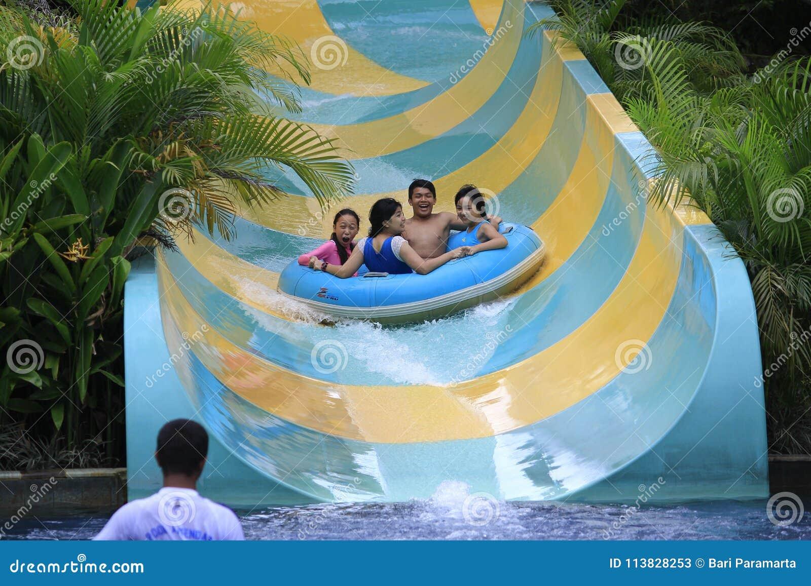 Les filles et les adolescents apprécient des tours de l eau