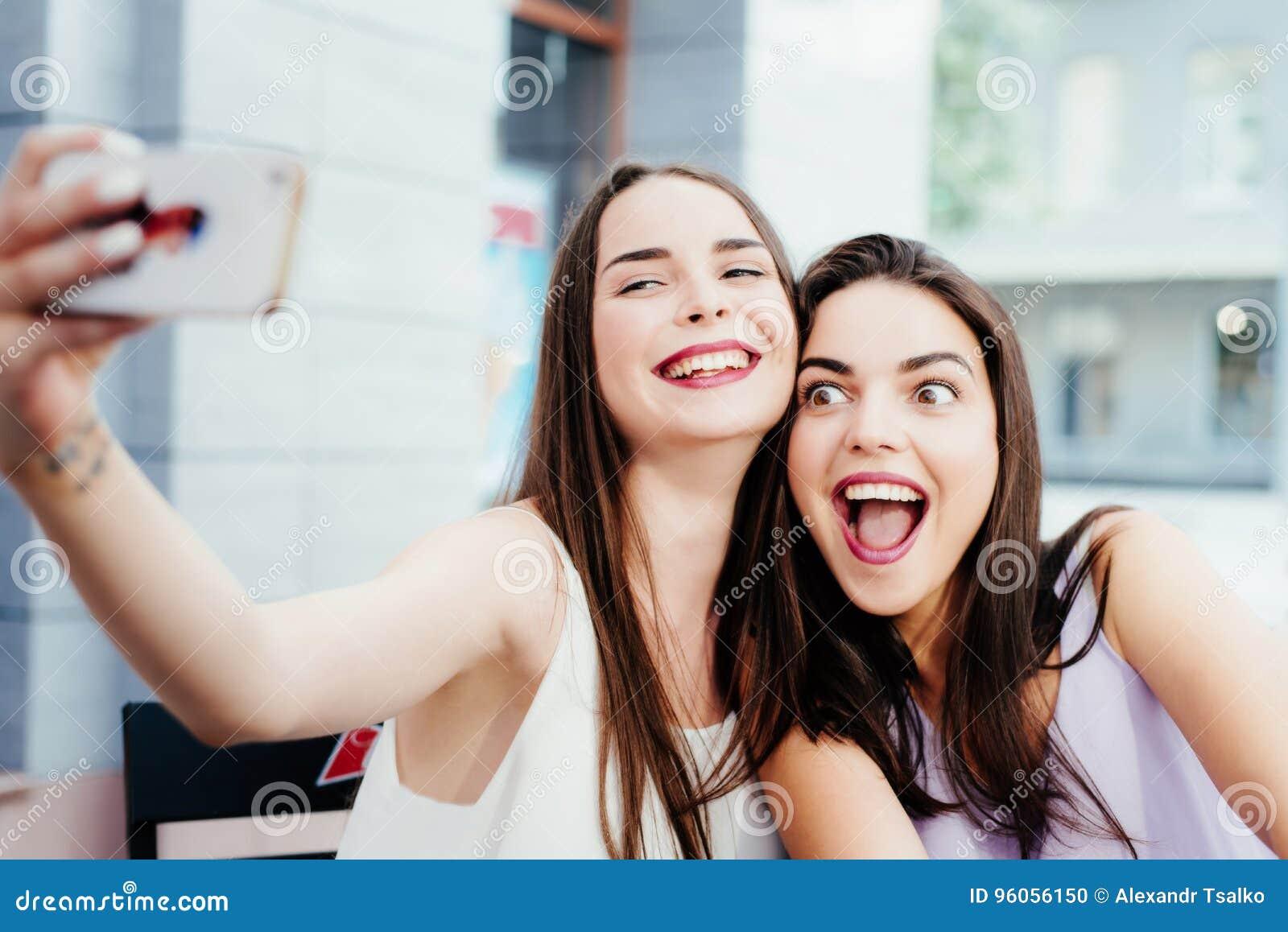 Les filles font un repos en café et font des selfies