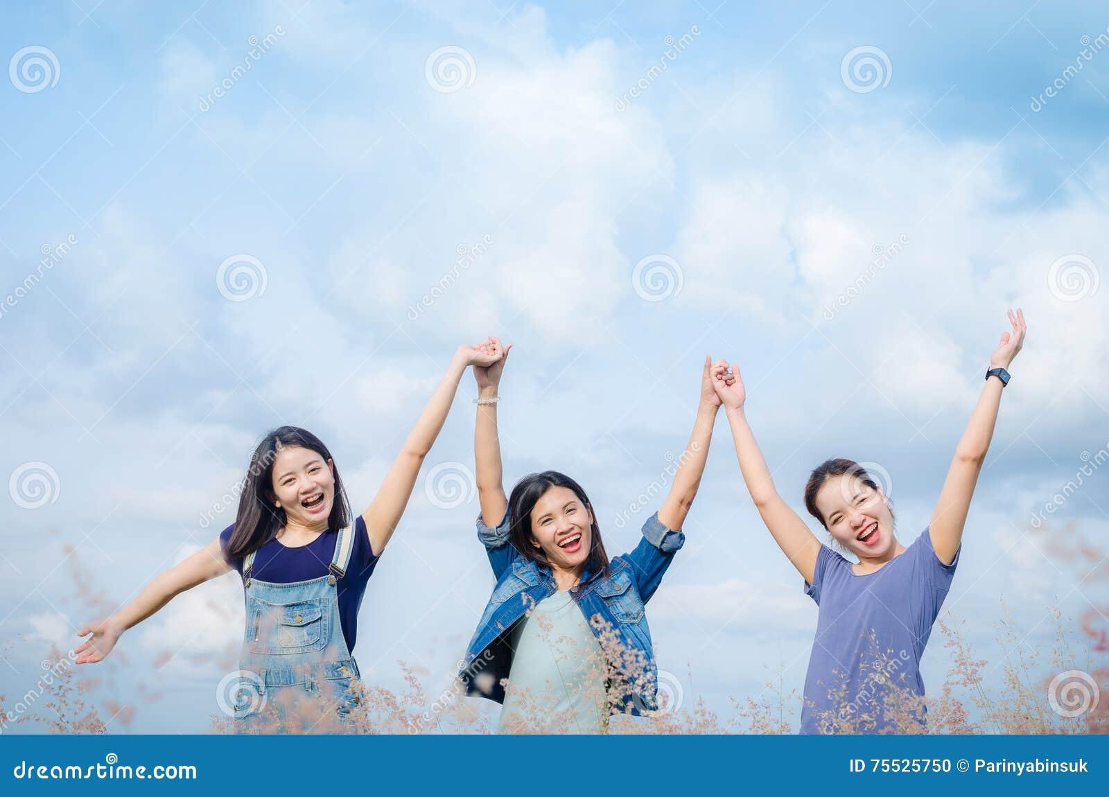 Les filles heureuses dans le domaine d herbe avec le vintage filtrent