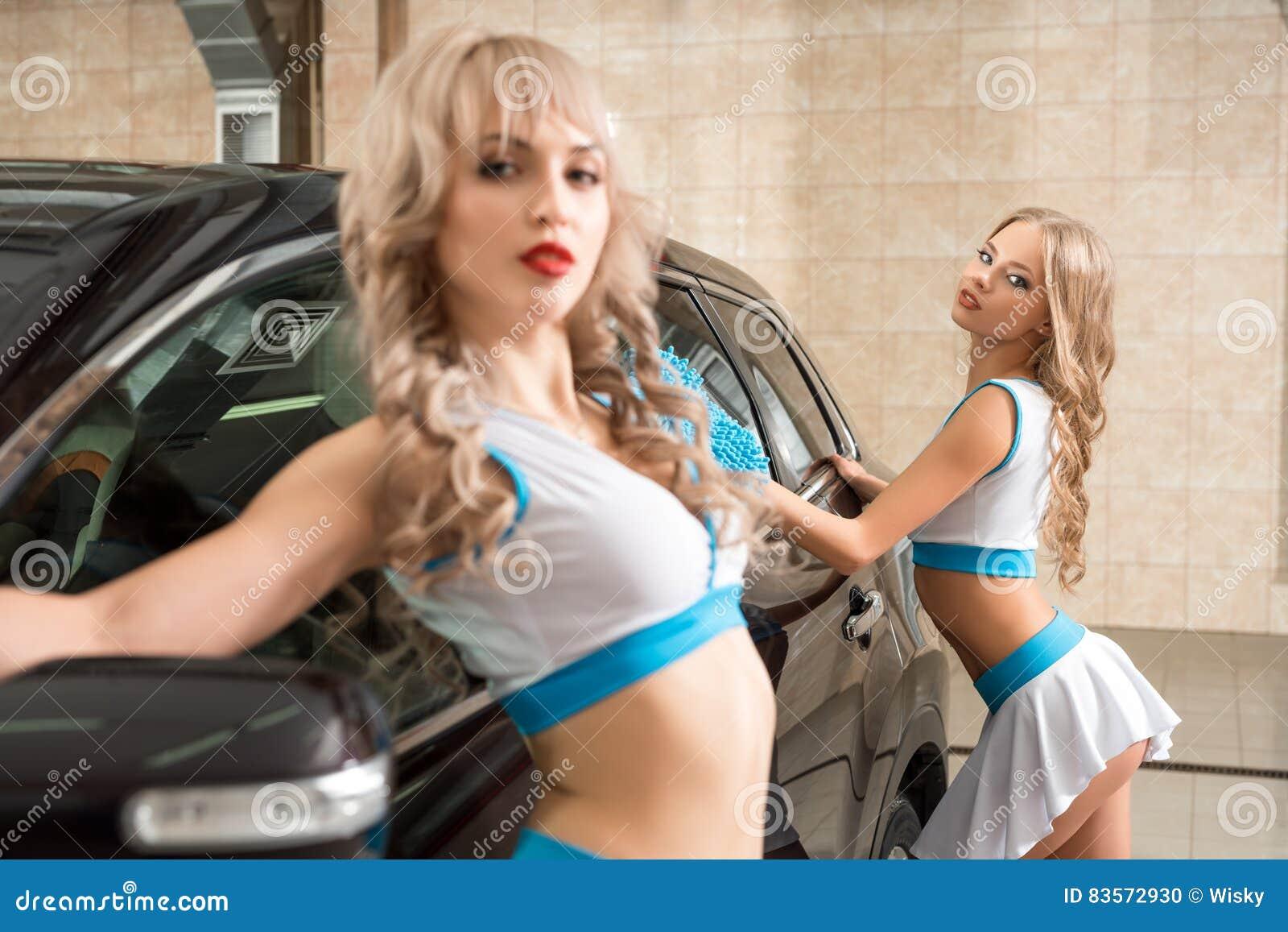 Les filles sexy dans le Formule 1 dénomment la pose à la lave-auto
