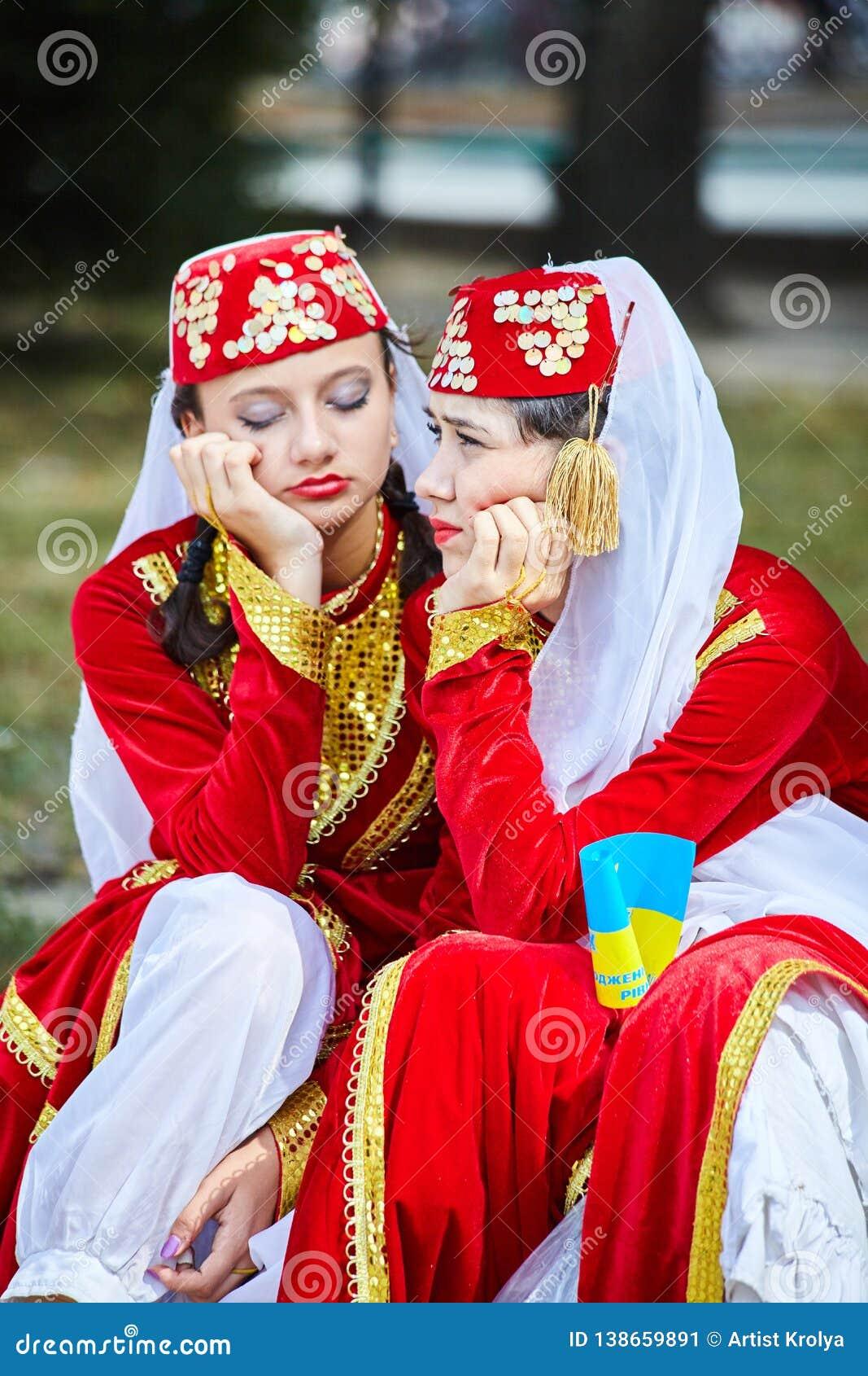 Les filles tatars arméniennes dans des costumes de folklore attendent leur représentation