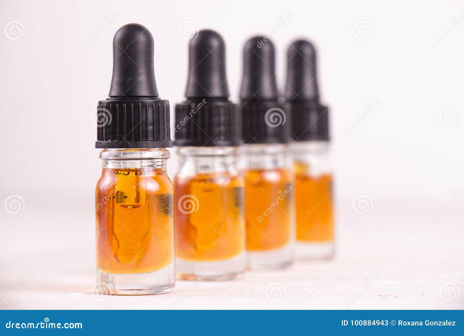 Les fioles de CBD huilent, cannabis vivent extraction de résine sur le whi