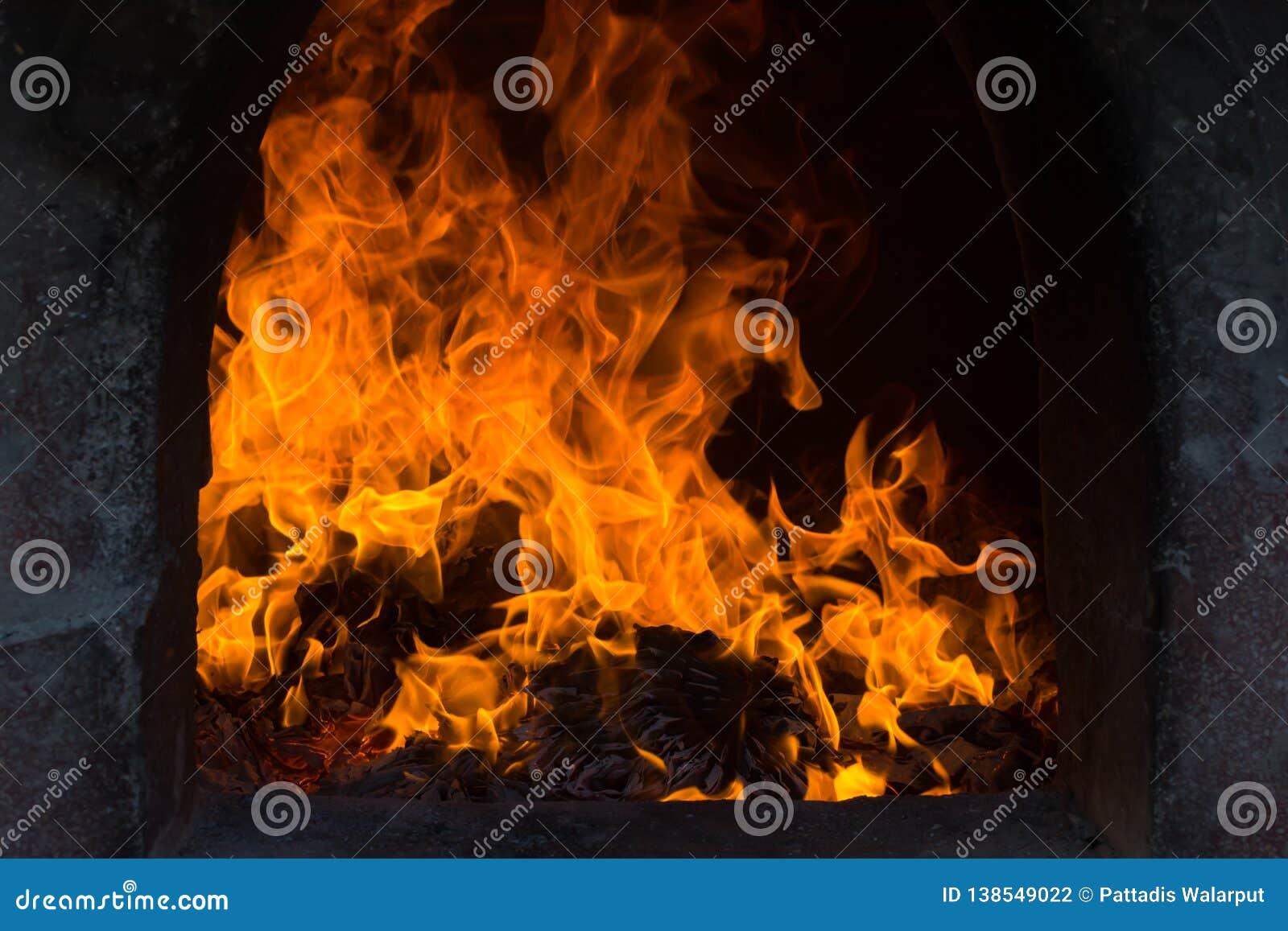 Les flammes brûlent dans le four Les flammes de flambage évasent dans le four