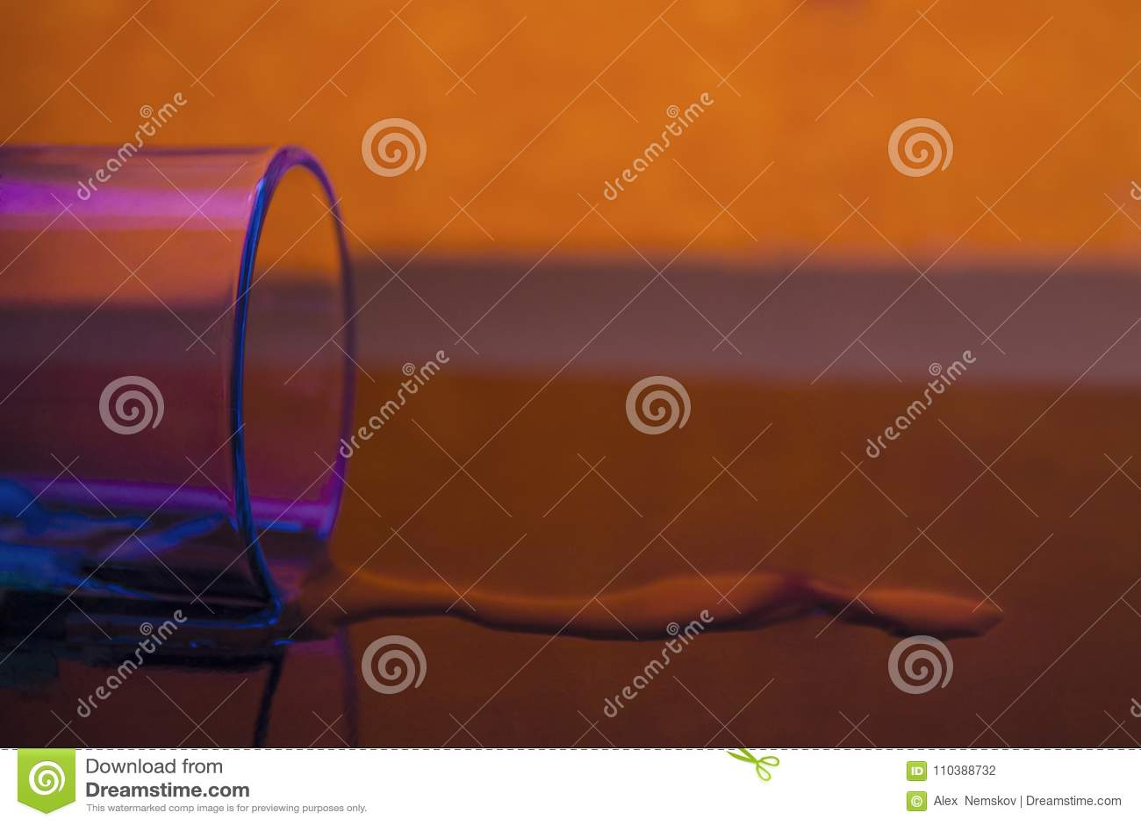 Les flaques en verre et de liquide