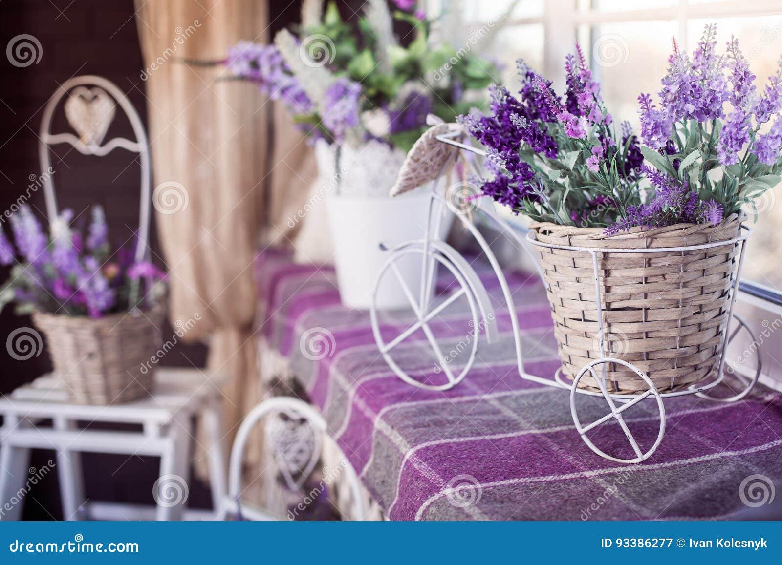 Les Fleurs De Lavande Dans Le Petit Pot Decoratif De Bicyclette Se