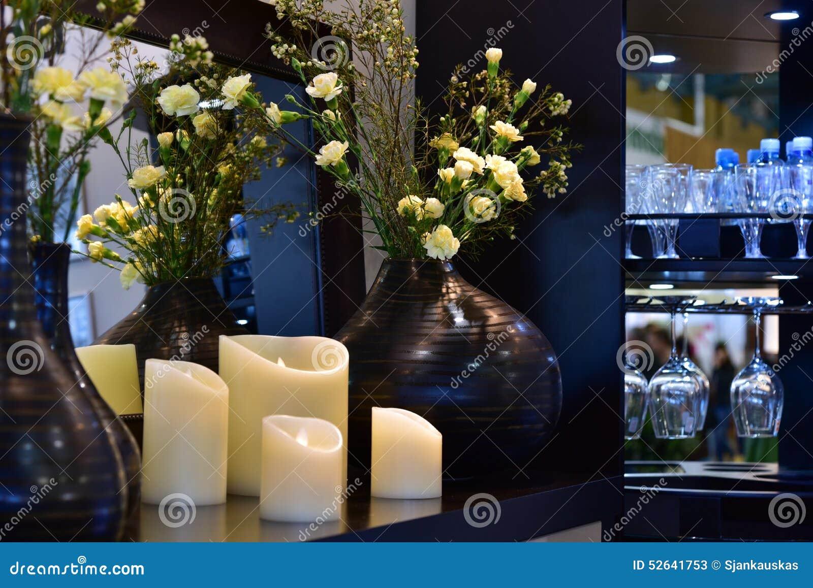Les fleurs et la maison dénoyautent l intérieur photo stock