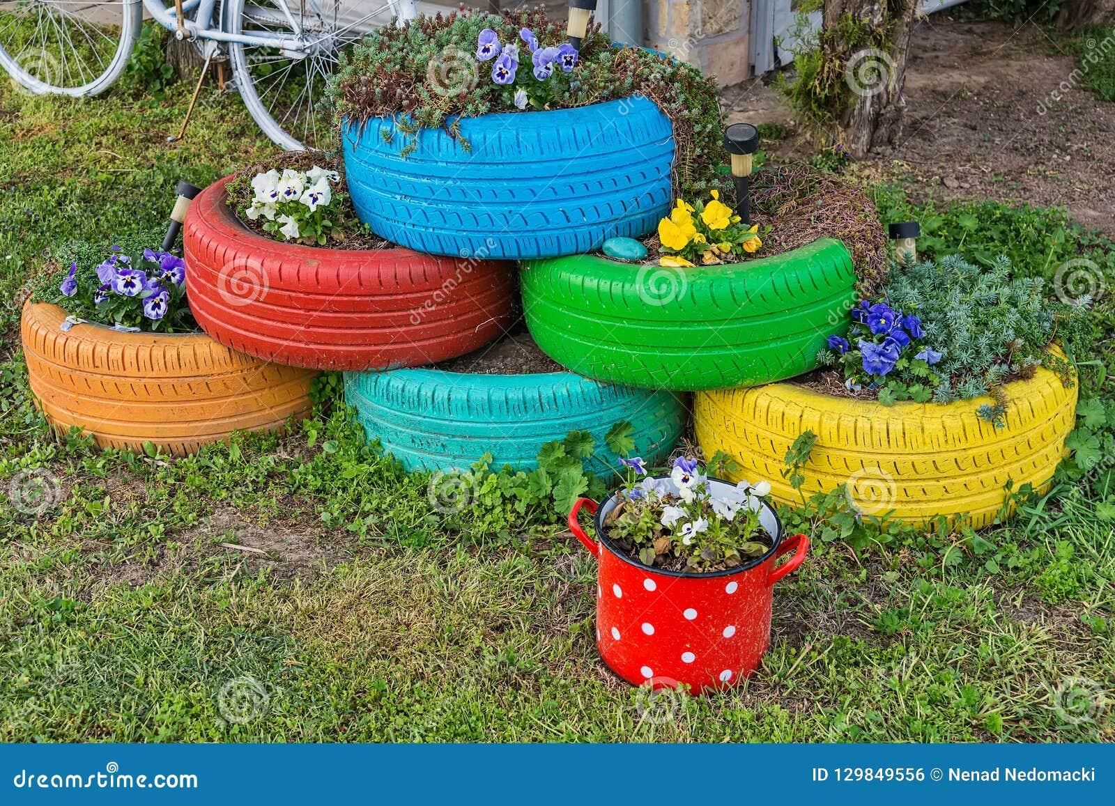Pot De Fleur Avec Des Pneus les fleurs et les pots color�s de pneu photo stock - image