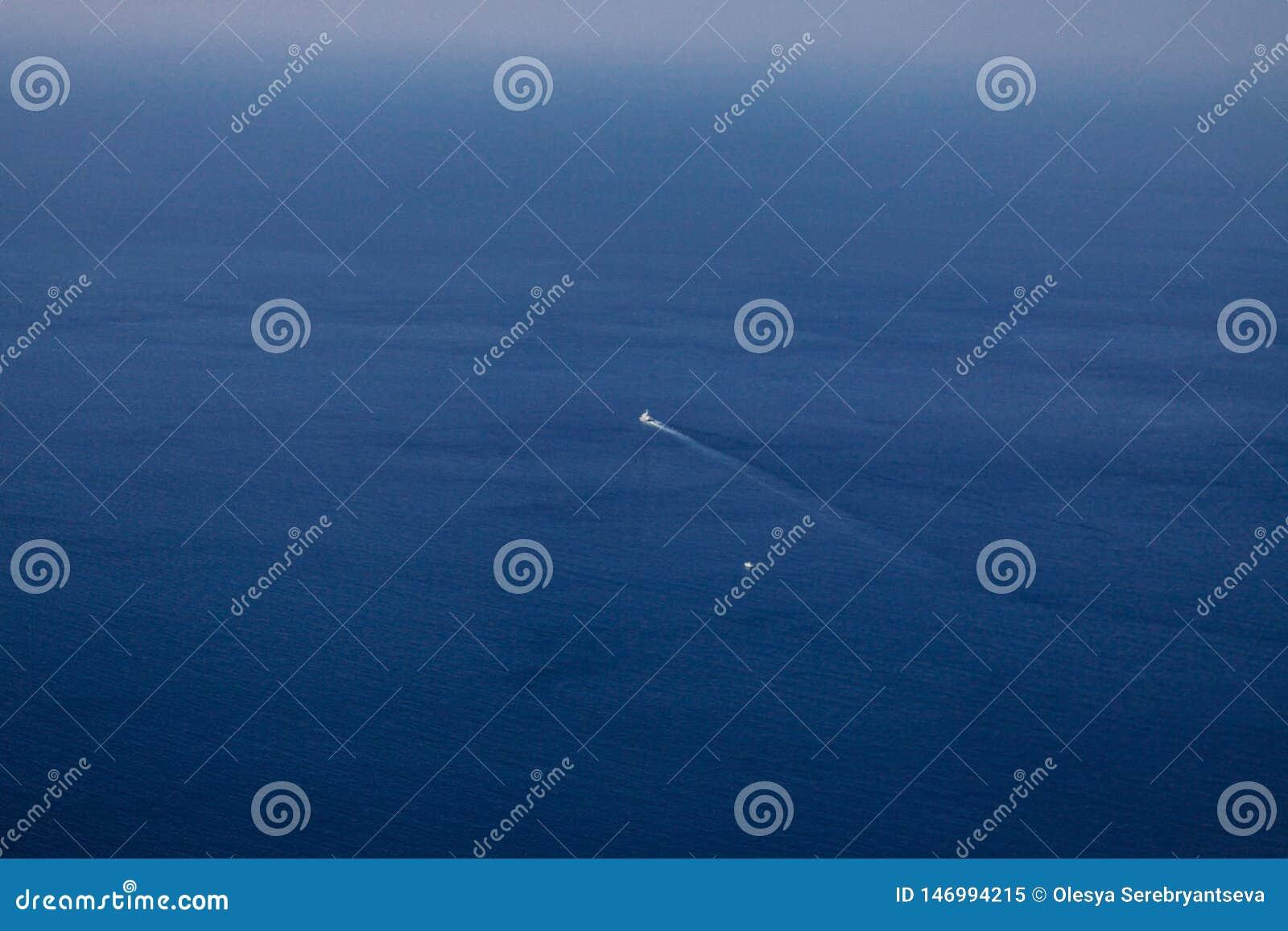 Les flotteurs de bateau sur la mer bleue, le bateau à partir de la côte