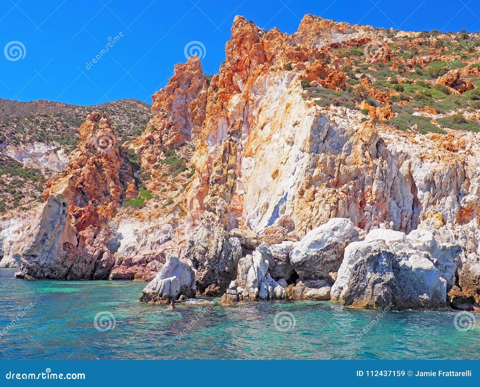 Les formations de falaises et de roche de Polyaigos, une île des Cyclades grecques