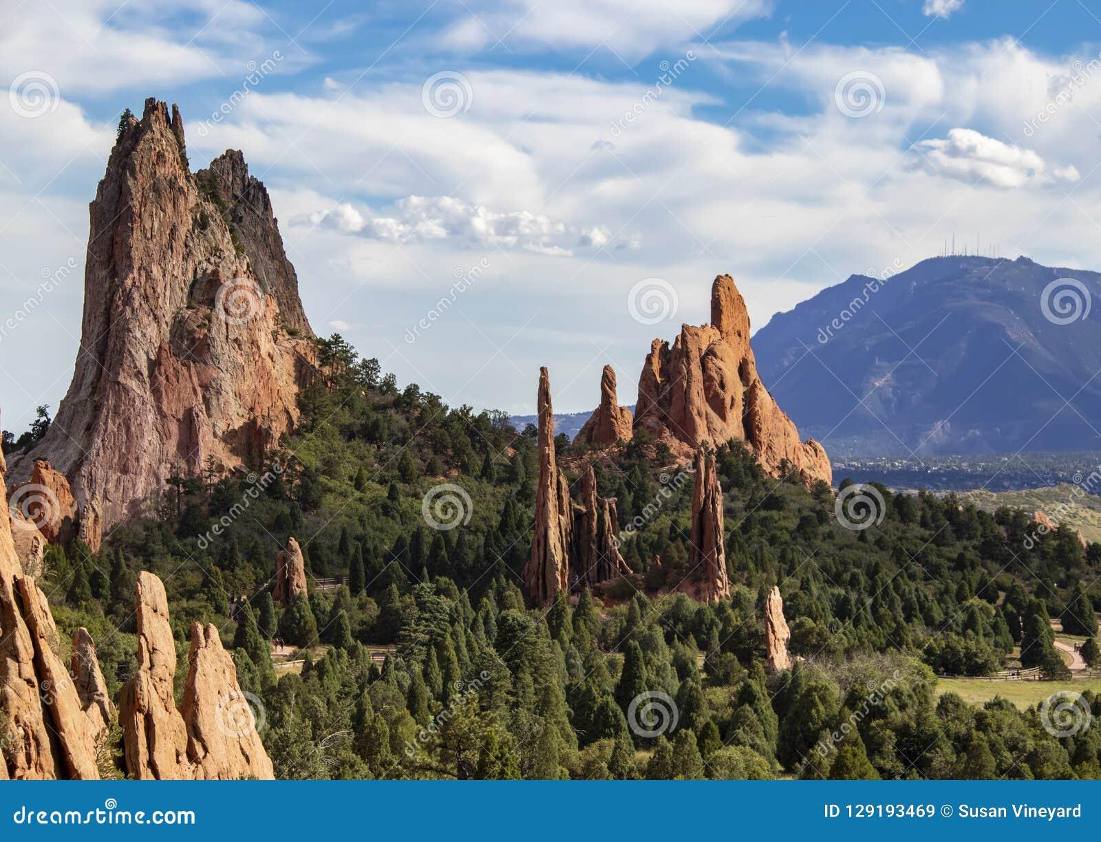 Les formations de roche rouges très hautes du jardin des dieux de Colorado Springs avec Cheyenne Mountain à l arrière-plan