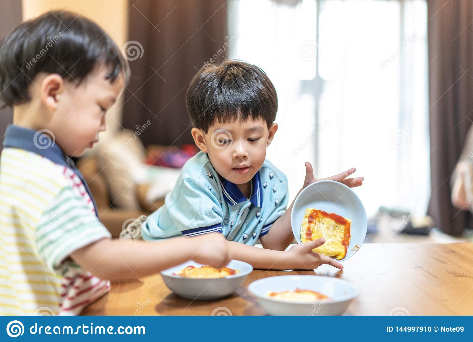Les frères apprécient leur omelette préférée avant d aller instruire