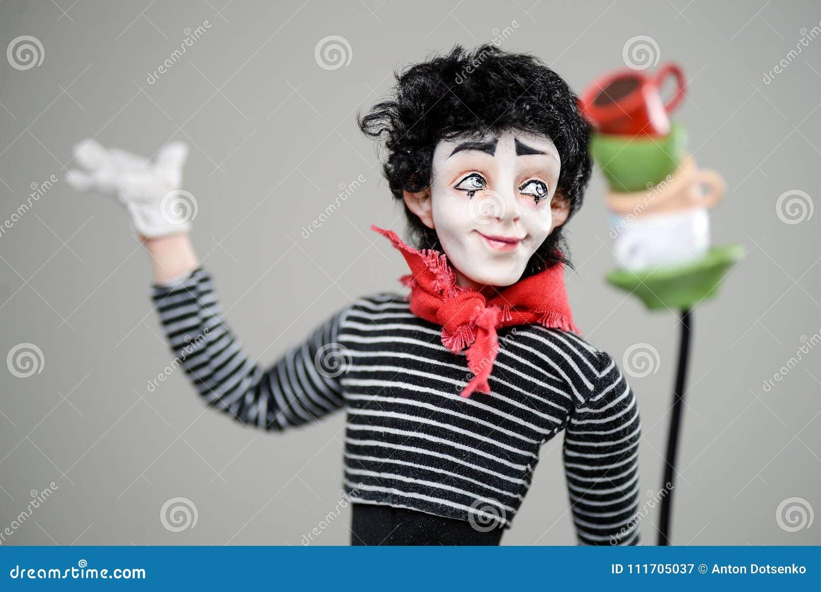 Les Français de sourire en bois de maquillage de brune d homme de pantomime jouent