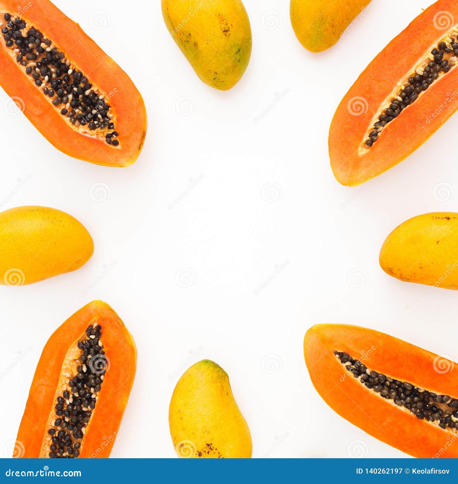 Les fruits encadrent des fruits de papaye et de mangue sur le fond blanc Configuration plate Vue supérieure Concept de fruit trop