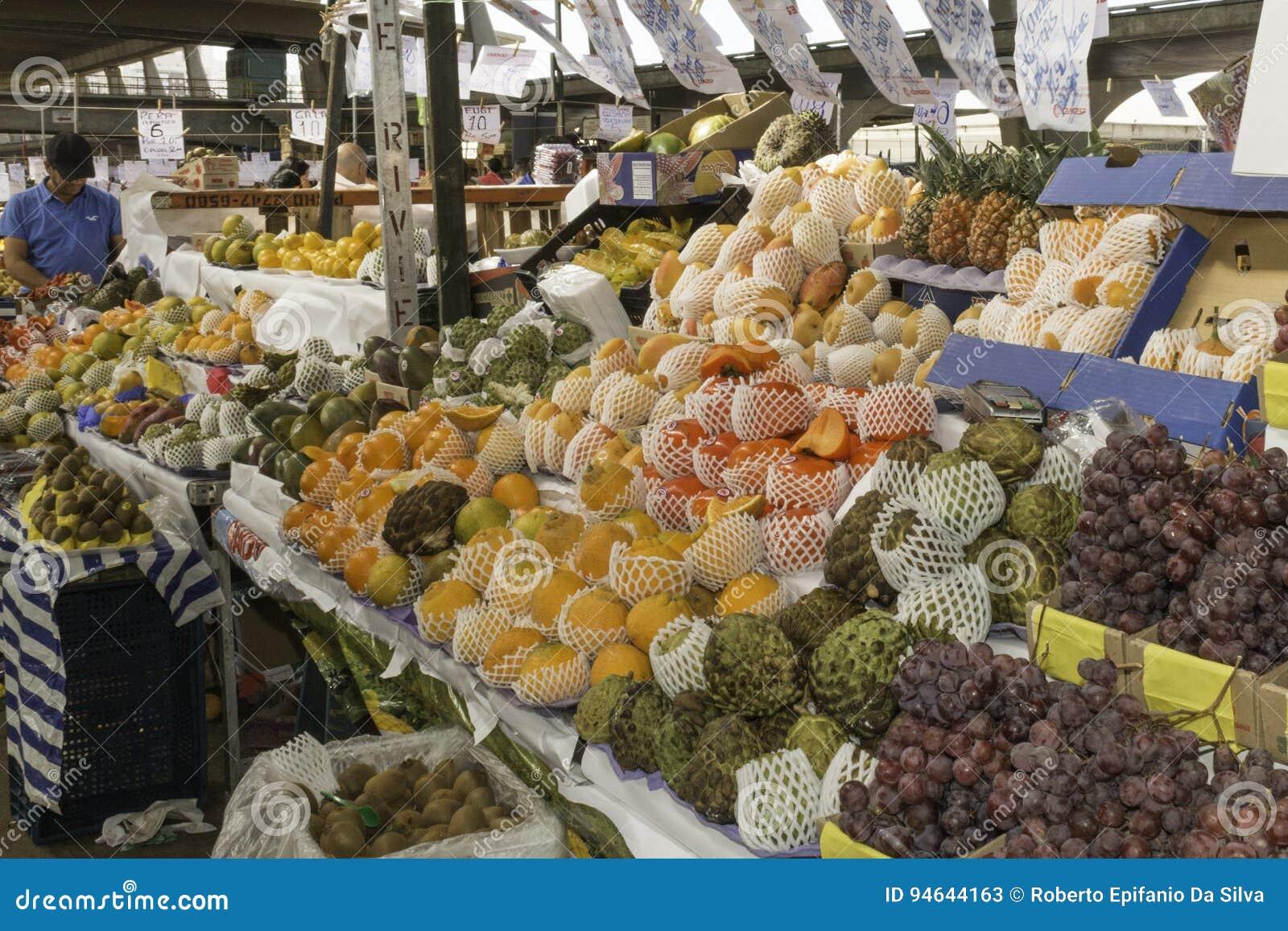 Les fruits frais et les légumes frais dirigent des fermes