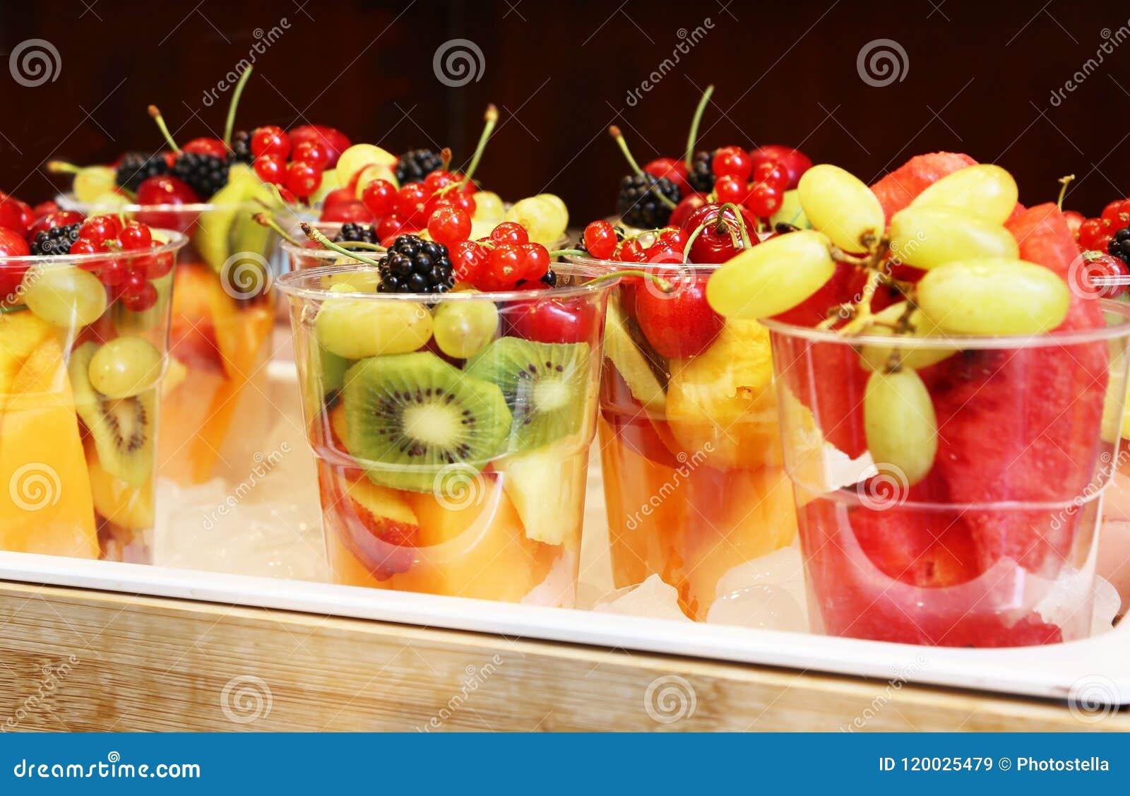 Les fruits frais mélangés dans un verre - consommation saine - suivent un régime le concept