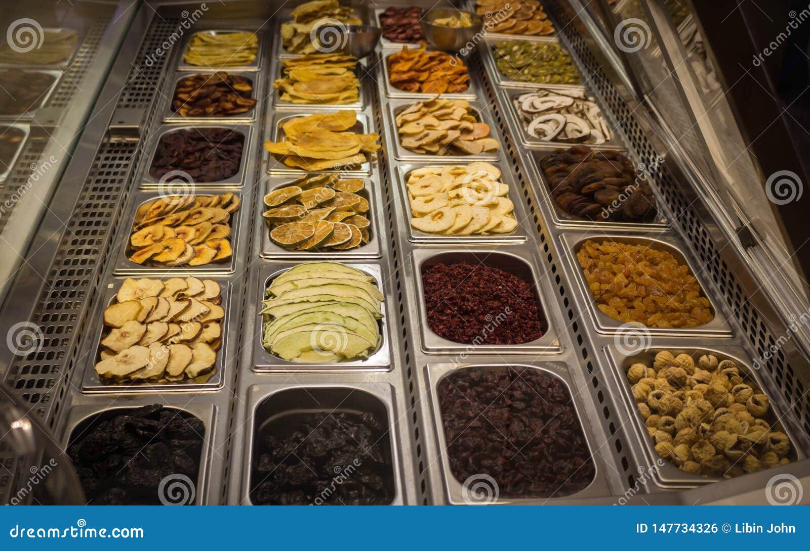 Les fruits secs ont maintenu sur le plateau en acier pour se vendre dans le mail de Dubaï