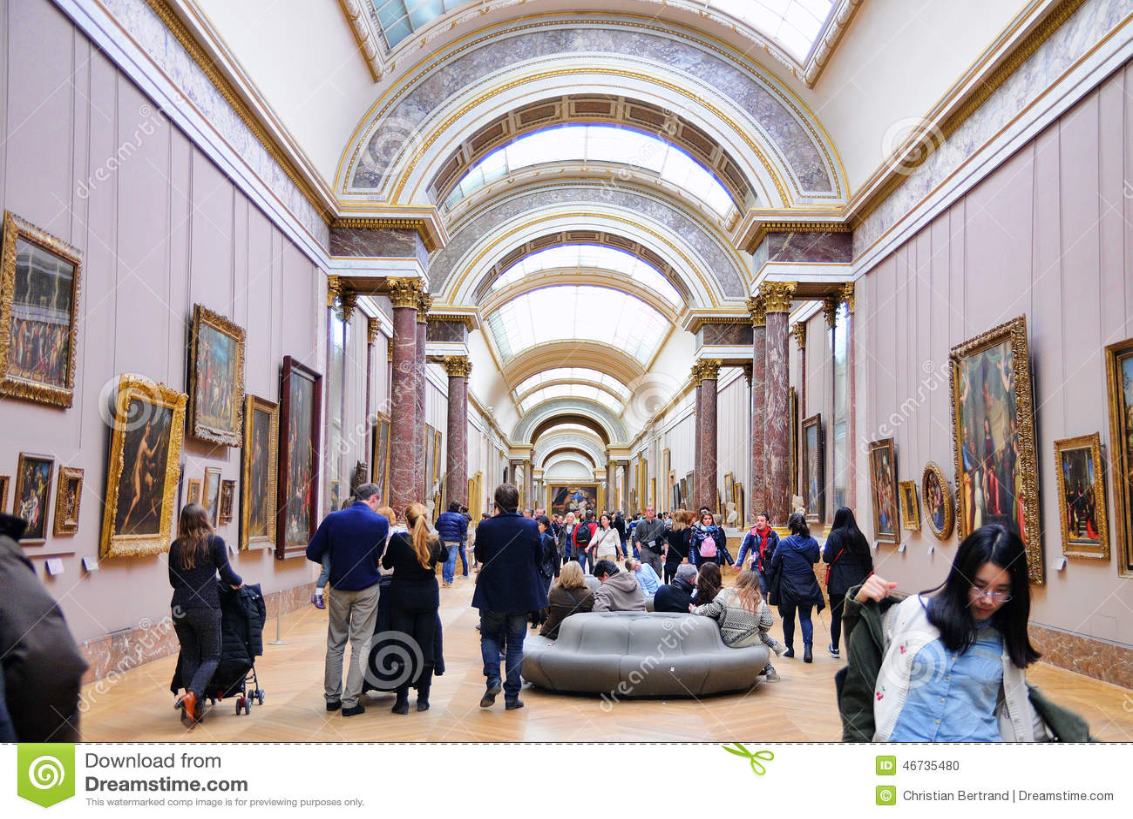 Les gens l 39 int rieur du mus e de louvre musee du louvre for Louvre interieur
