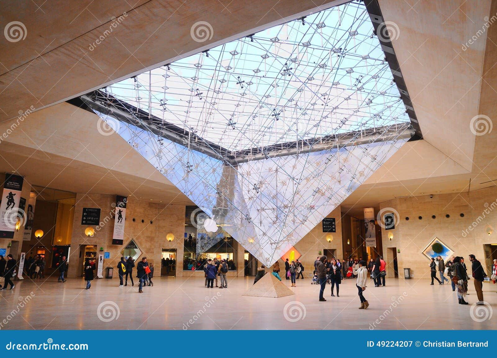 Les gens l 39 int rieur du mus e de louvre musee du louvre for Interieur pyramide