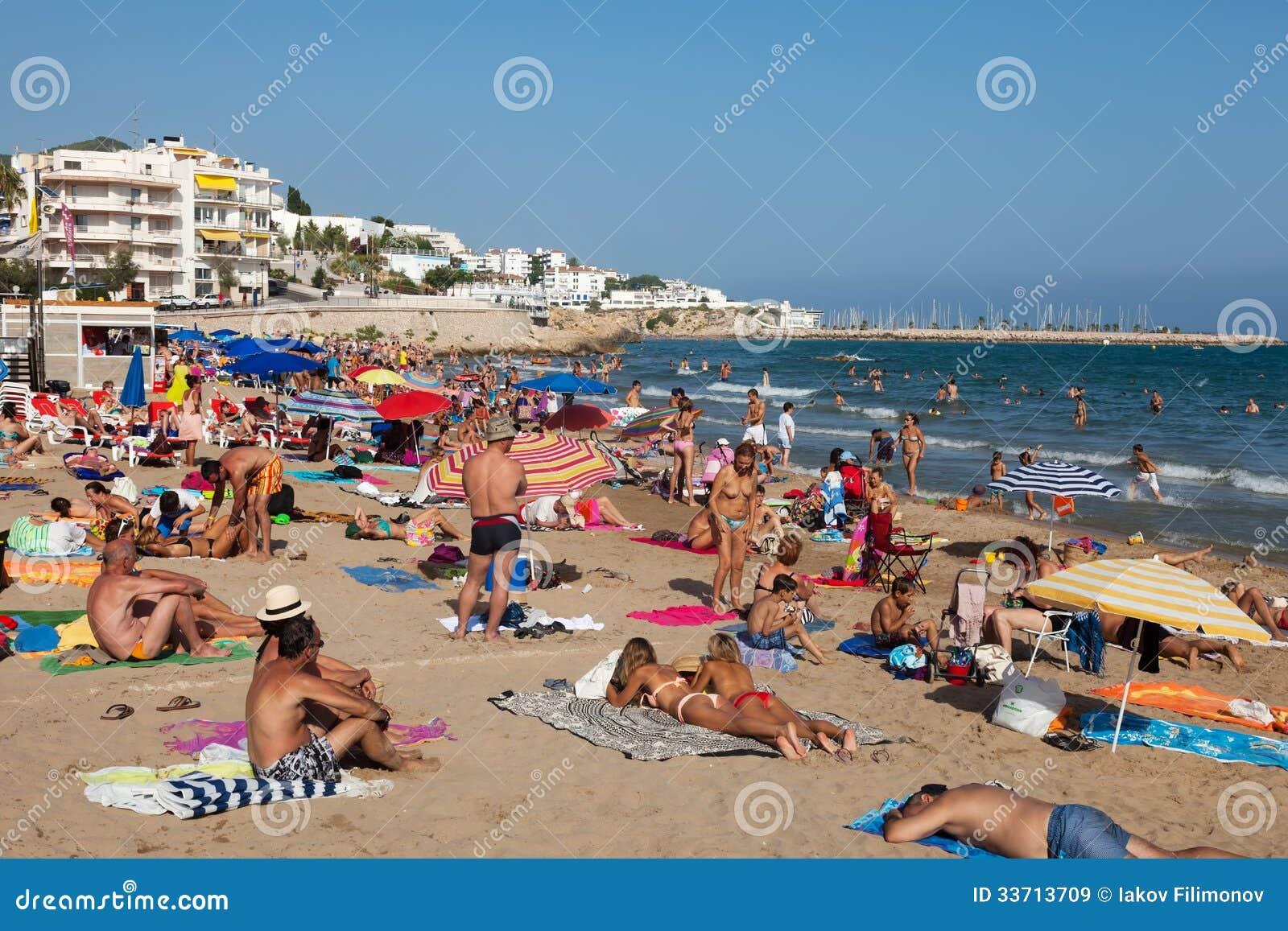 De la baise gogo sur une plage naturiste - LuxureTV