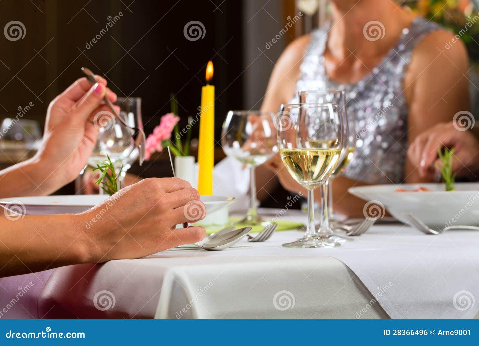 Les gens affinent diner dans le restaurant élégant