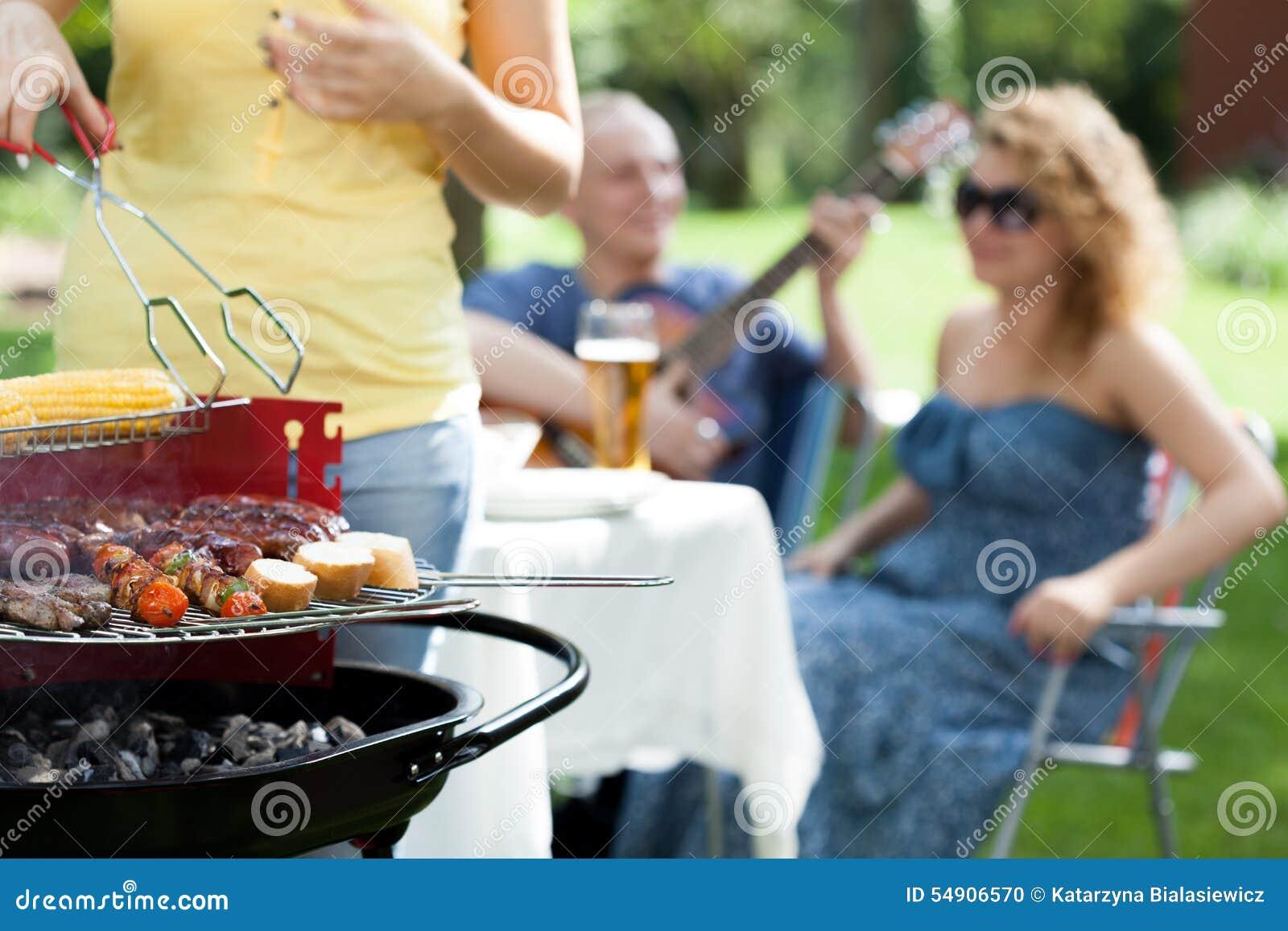 Les gens appréciant sur la réception en plein air
