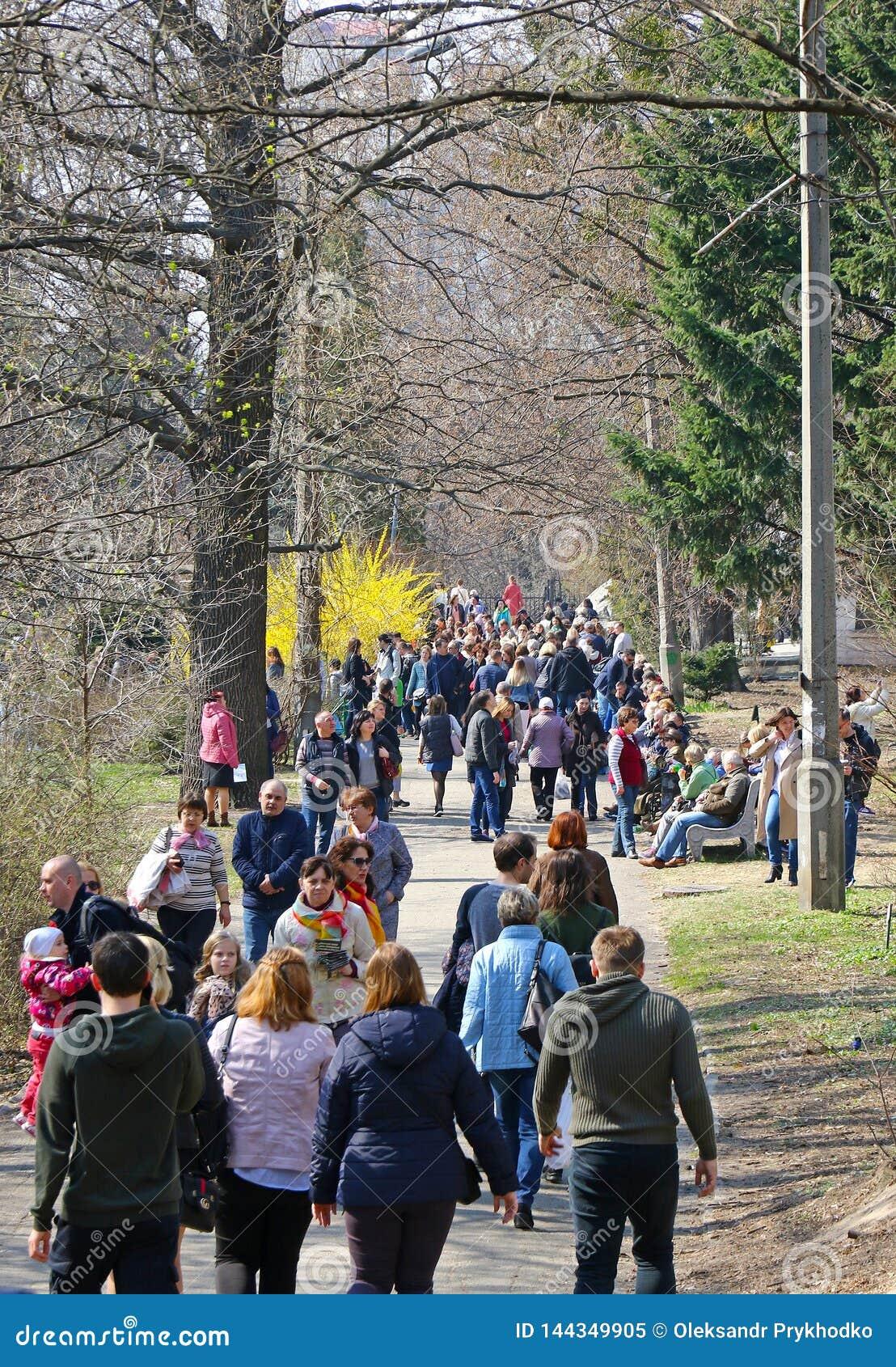 Les gens apprécient dimanche ensoleillé au jardin botanique à Kiev