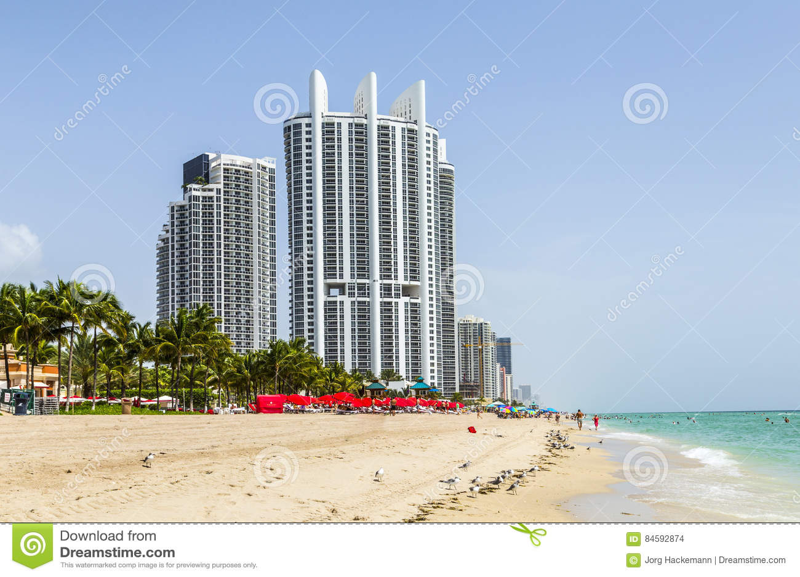 Les gens apprécient la plage à la tour d atout à la plage ensoleillée d îles