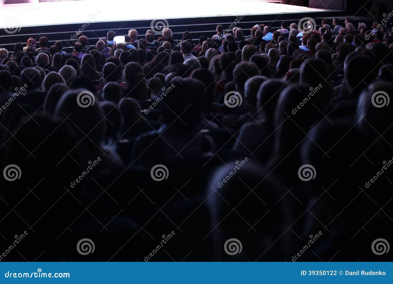 Les gens assis dans une assistance