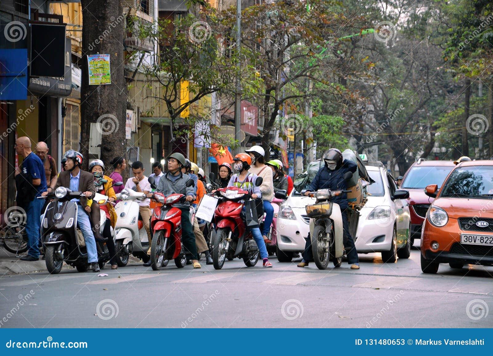 Les gens attendant dans des feux de signalisation à Hanoï, Vietnam