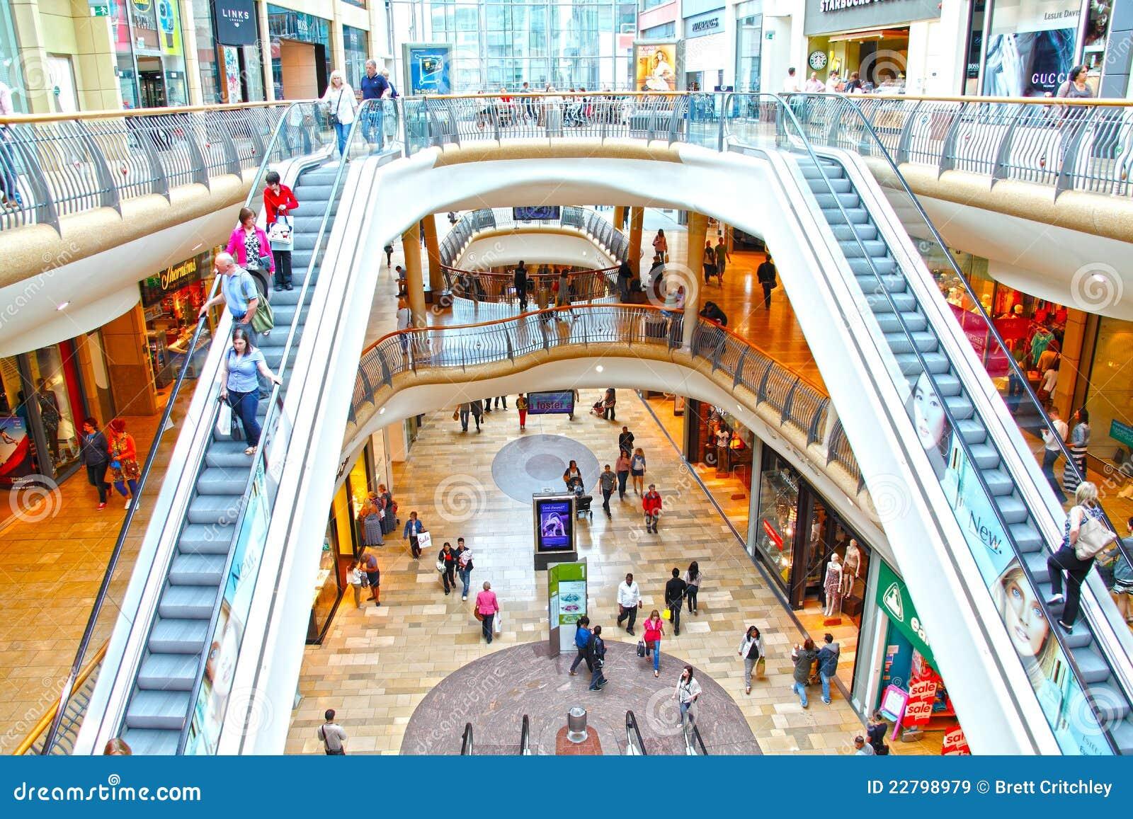 Les gens au centre commercial au détail