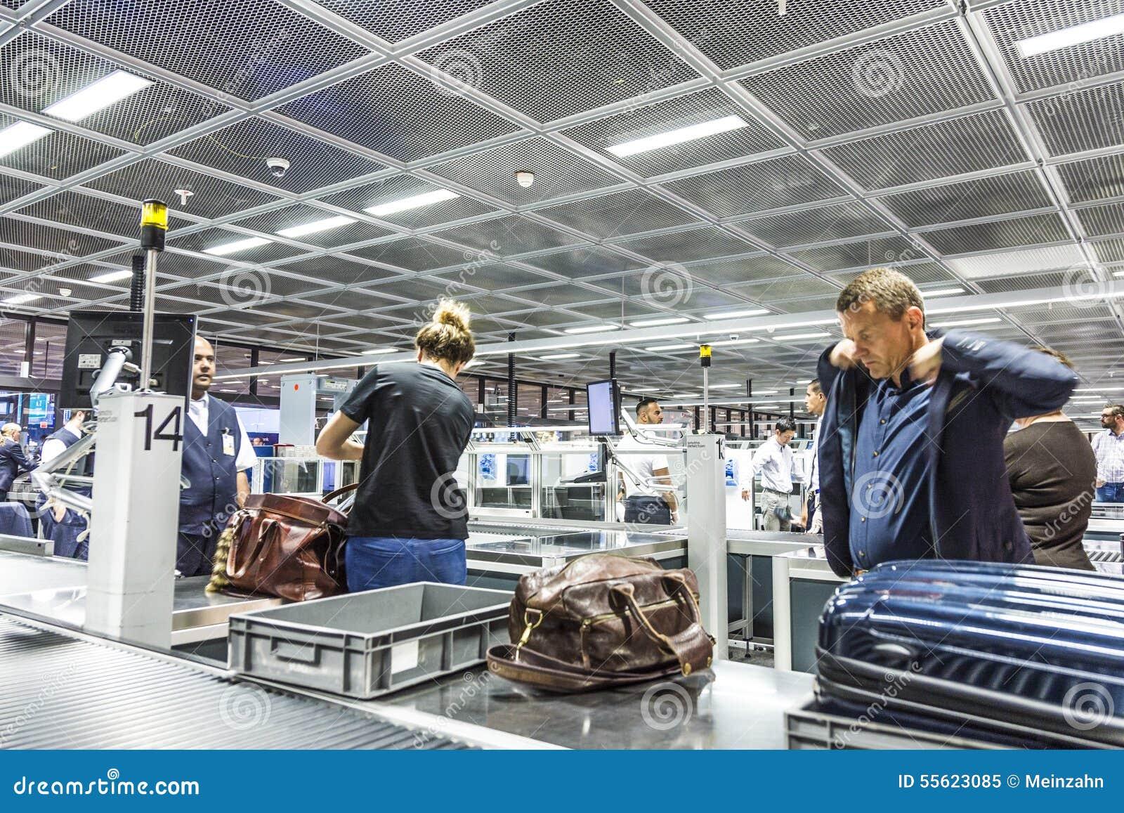Les gens au contrôle de sécurité à l aéroport international de Francfort