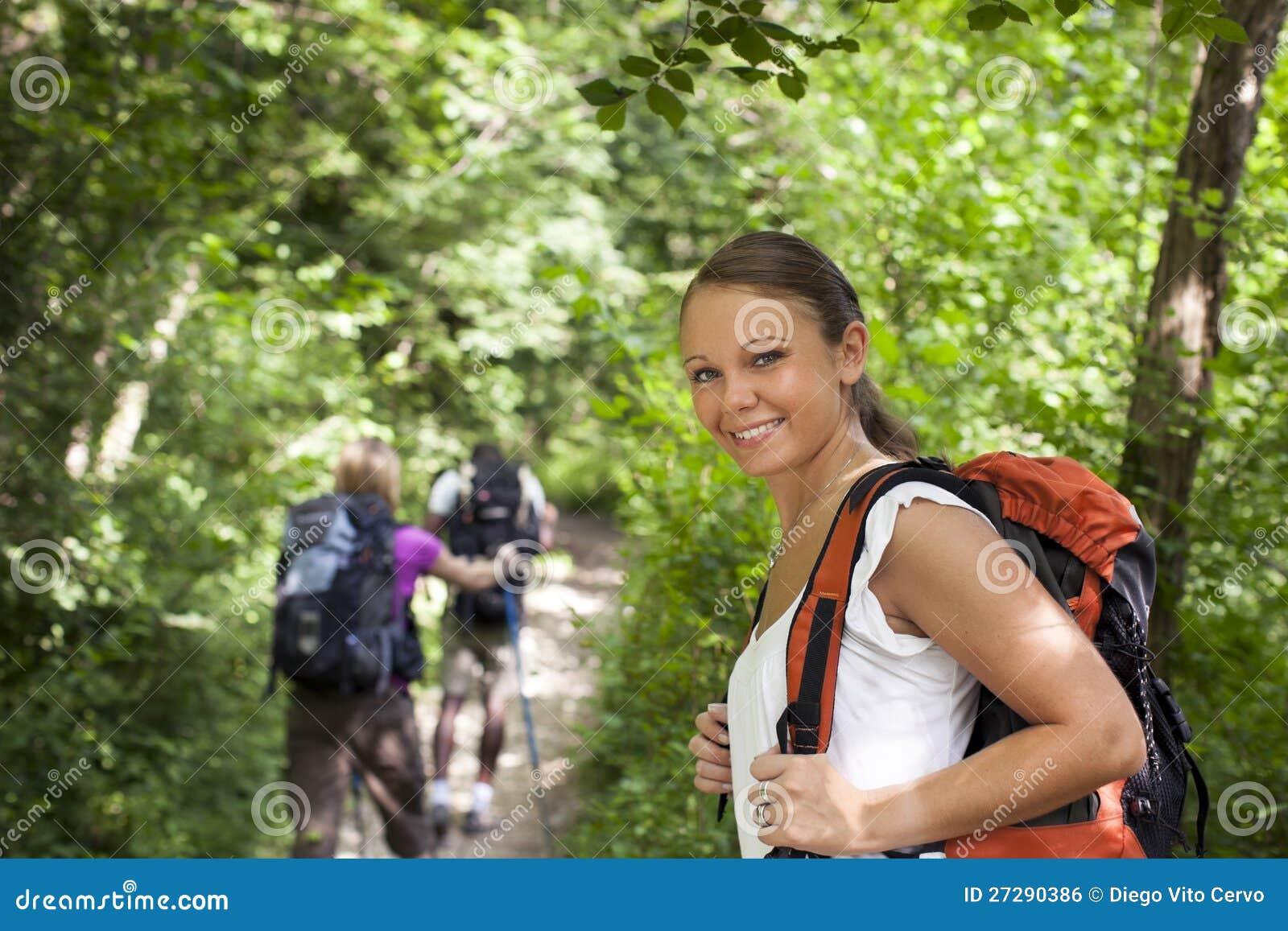 Les gens avec le sac à dos faisant le trekking en bois