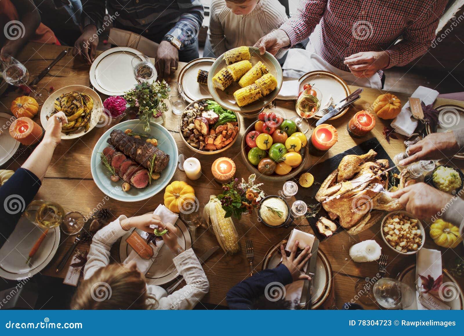 Les gens célébrant le concept de tradition de Thanksgiving