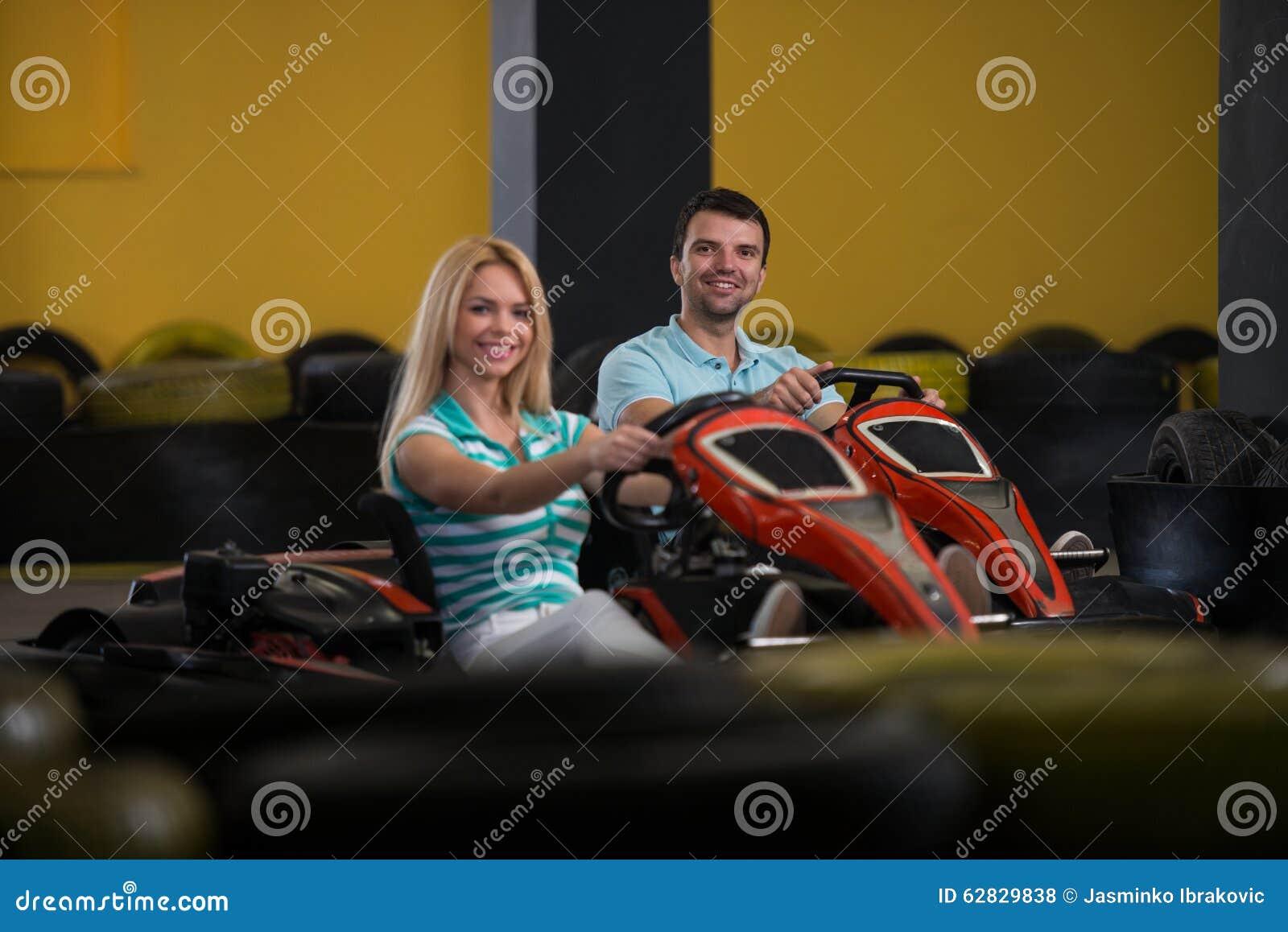 Les gens conduisent le kart avec la vitesse dans Karting