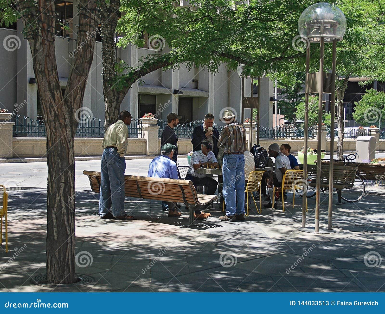 Les gens détendant et jouant aux échecs à Denver du centre, le Colorado