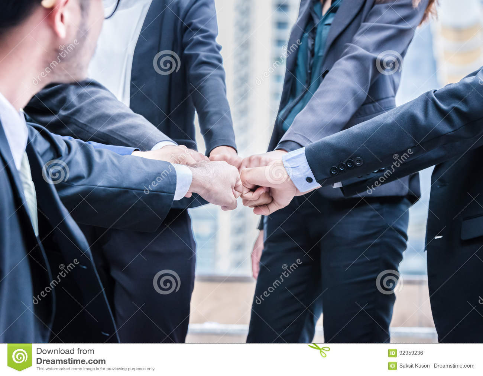 Les gens d affaires de groupe de mains faisant le poing cogner le travail d équipe joignent le concept réussi de soutien de mains