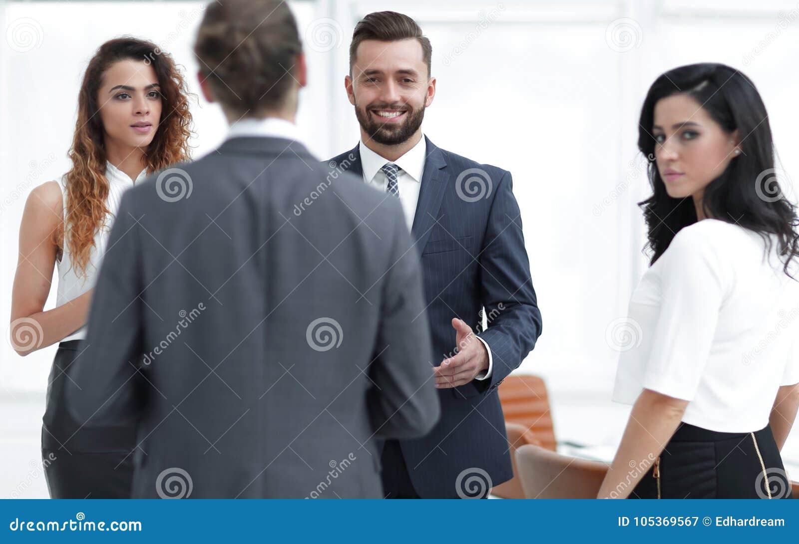 Les gens d affaires discutent la position dans le bureau