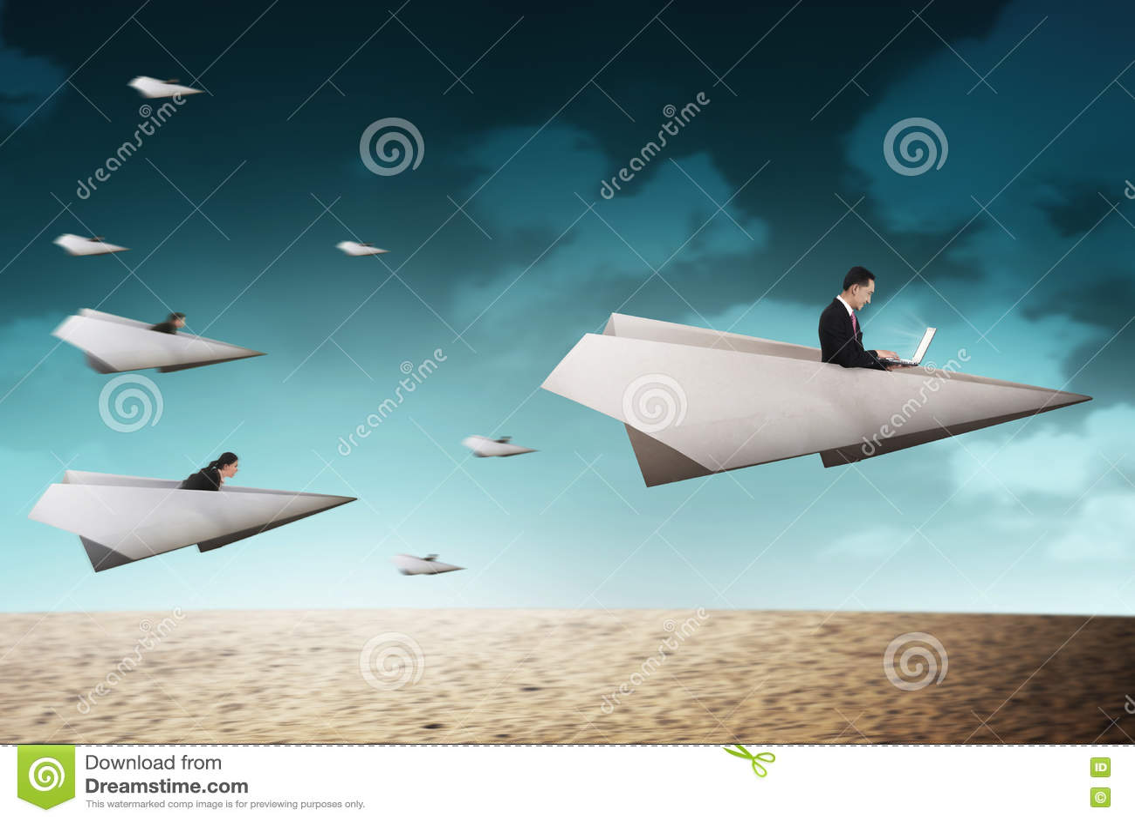 Les gens d affaires emballent avec l avion de papier allant pour une meilleure carrière