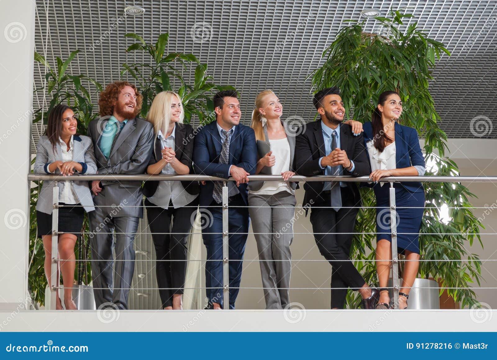 Les gens d affaires groupent le sourire heureux se tenant au