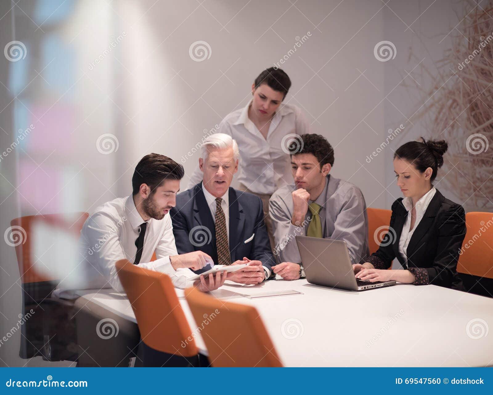 Les gens d affaires groupent sur la réunion au bureau de démarrage
