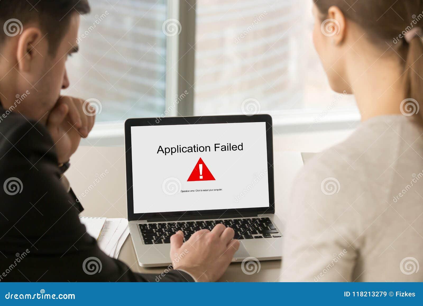 Les gens d affaires regardant l écran d ordinateur portable avec l application ont échoué