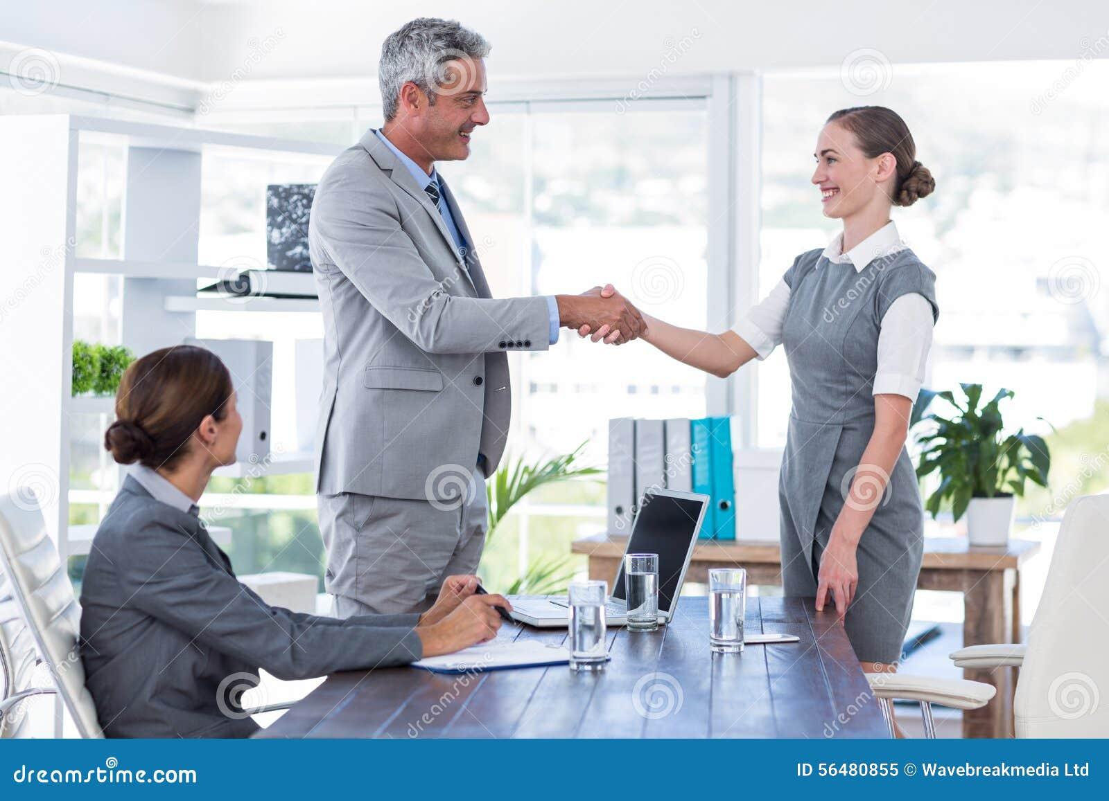 Les gens d affaires se serrent la main pendant l entrevue