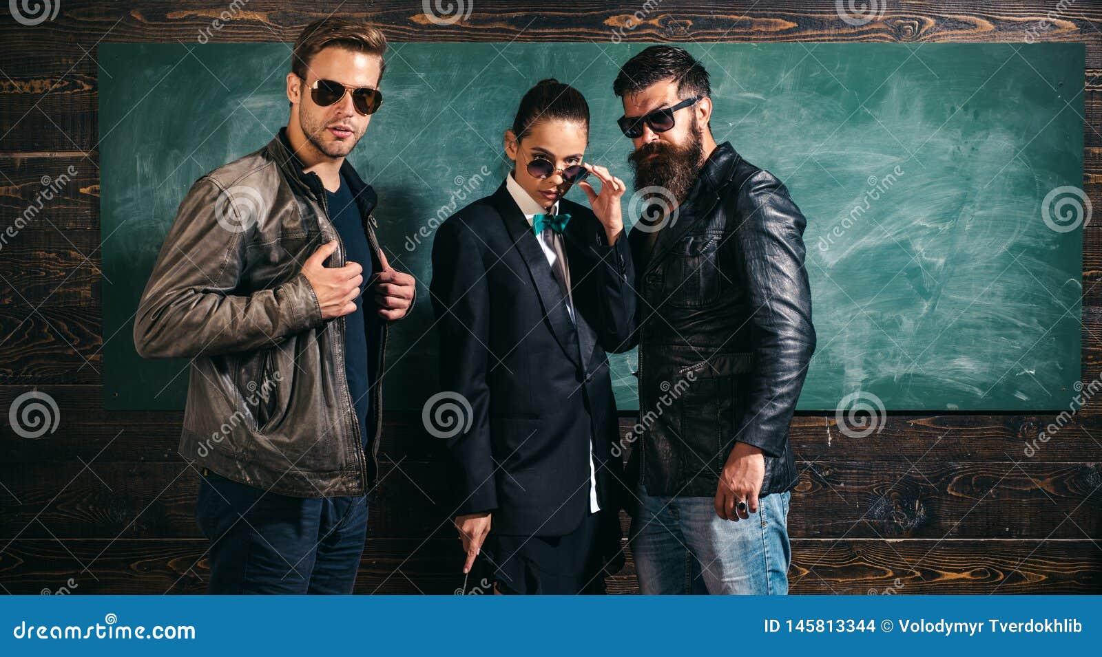 Les gens dans des lunettes de soleil Femme et vêtements et lunettes masculins de vêtements pour hommes Costume de veste de fille