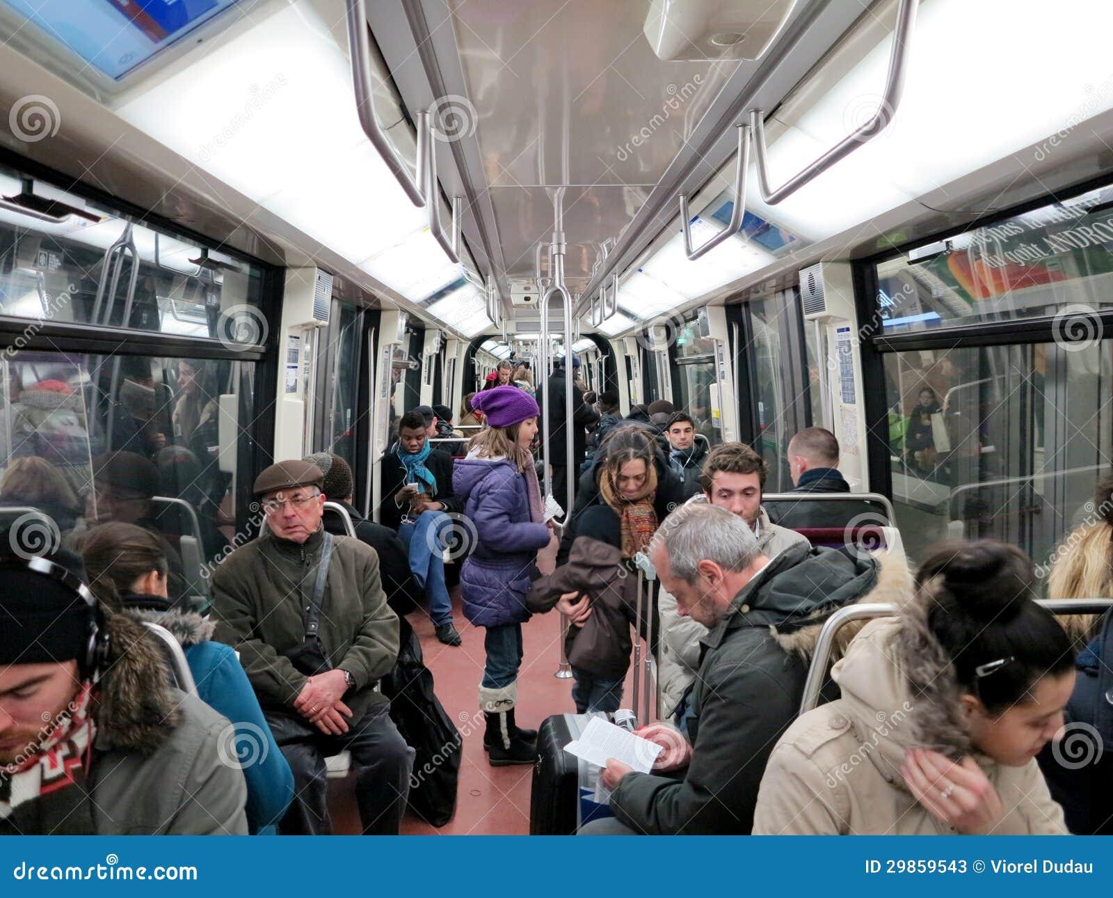 Les gens dans l 39 int rieur de chariot de m tro photo stock for Metro interieur