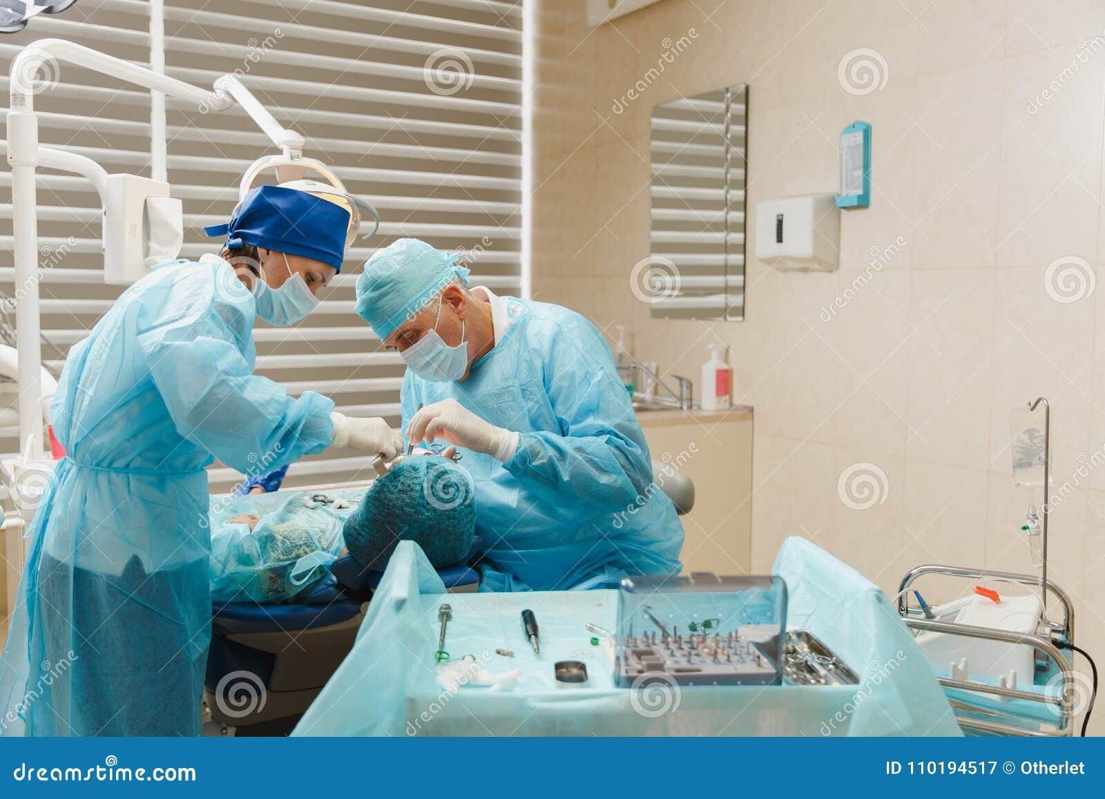 Les gens dans la clinique dentaire traitent leurs dents