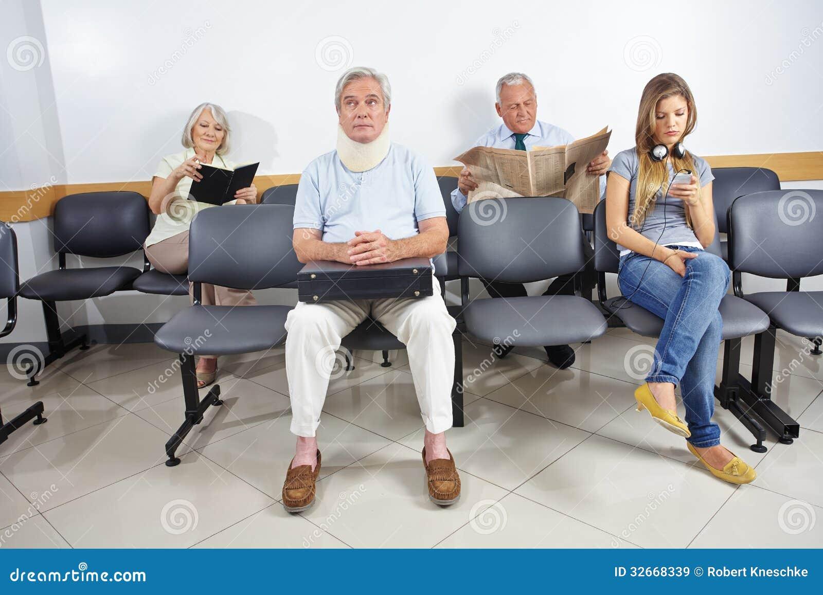 Les gens dans la salle d attente d un hôpital