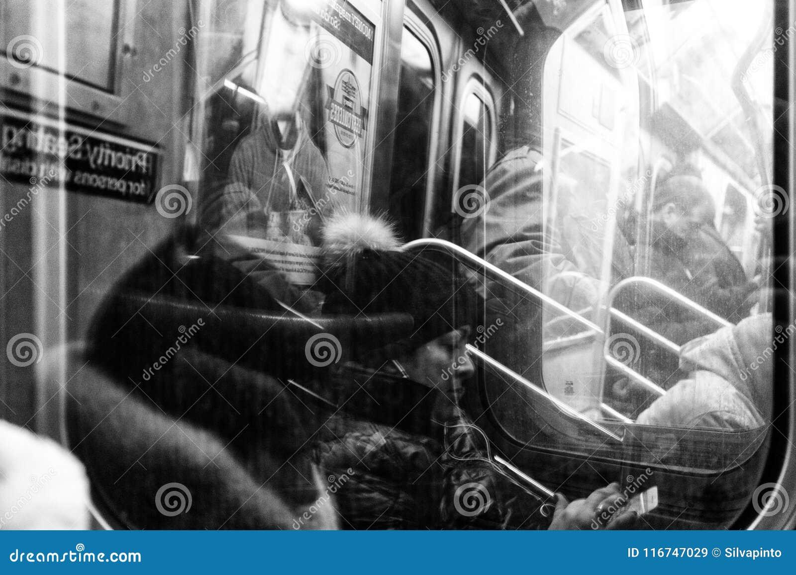Les gens dans la vie quotidienne du souterrain de New York