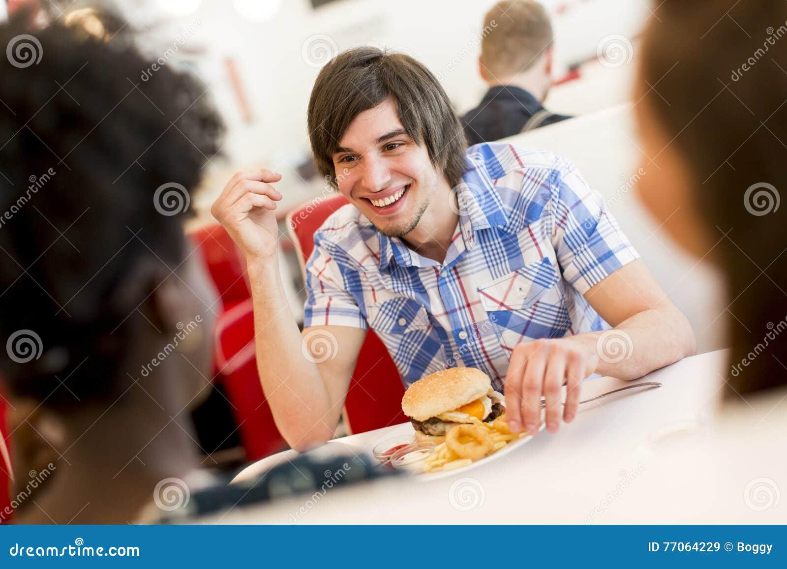 Les gens dans le wagon-restaurant