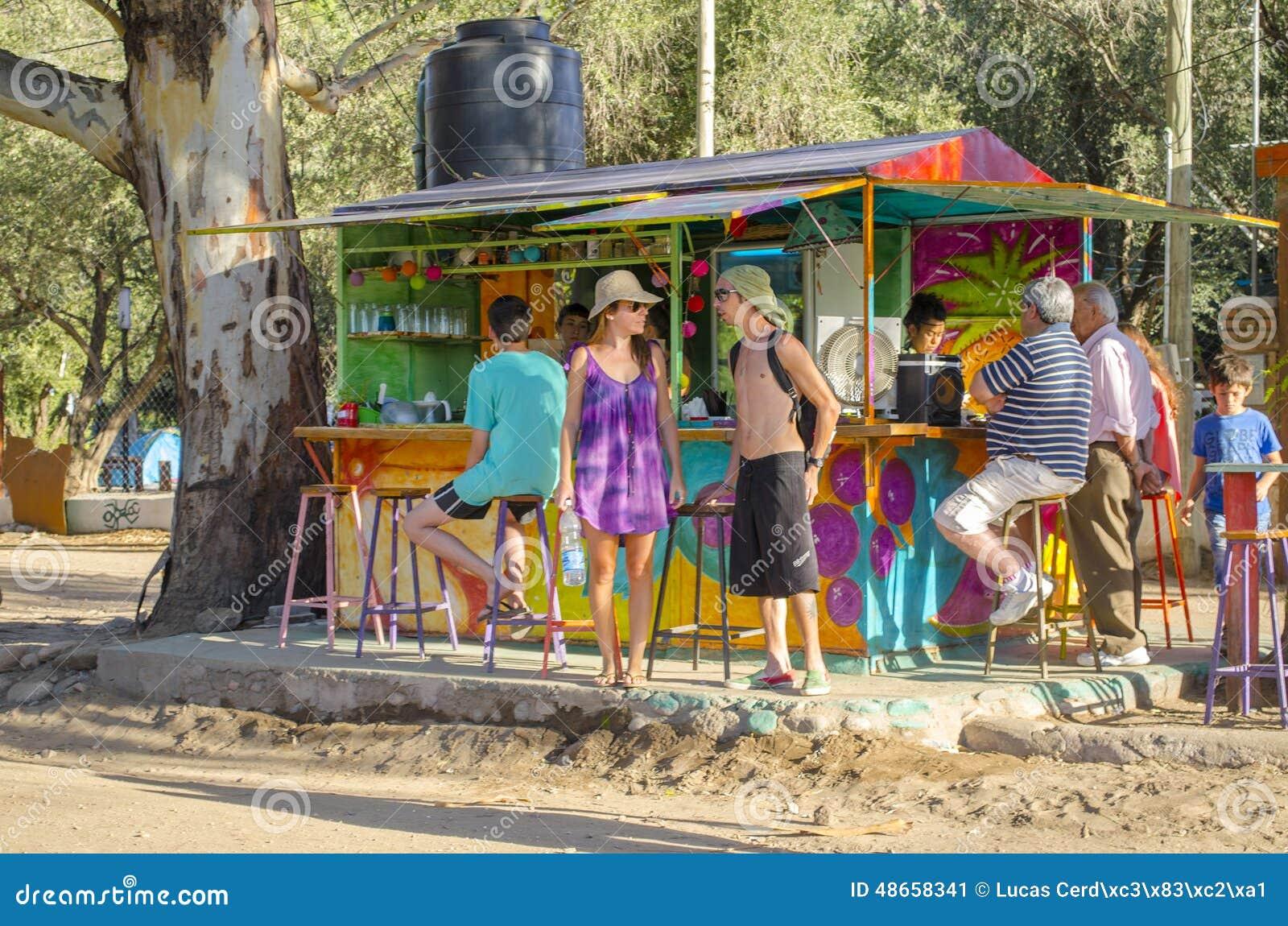 Les gens dans une petite boutique de boissons